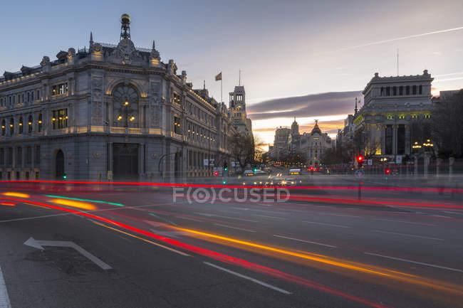 Camino de luces en la entrada a Gran Vía y Calle de Alcalá al atardecer, Madrid, España - foto de stock