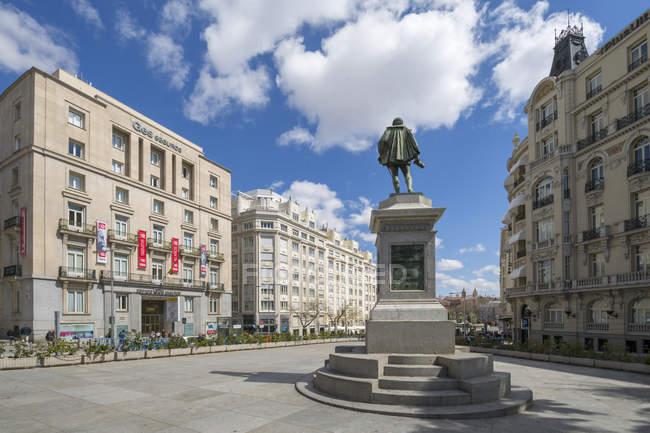 Michaeli de Gervantes estatua en Plaza de las Cortes, bajo cielo nublado, Madrid, España - foto de stock