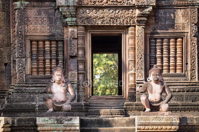 Carving on facade and statues of temple at Banteay Srei, Angkor, Siem Reap, Cambodia, Indochina, Southeast Asia, Asia — Stock Photo