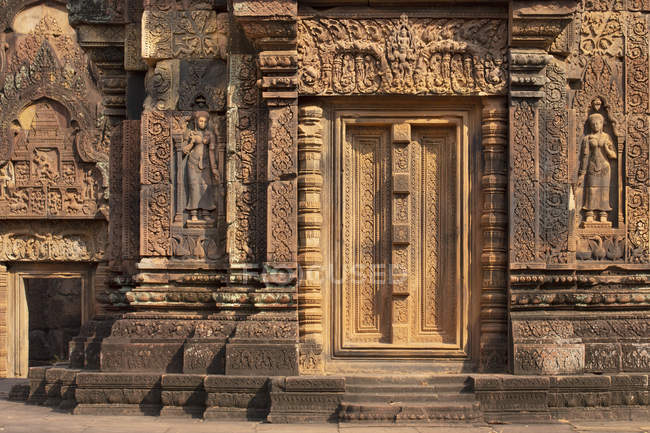 Detailed carving on facade of temple at Banteay Srei in Angkor, Siem Reap, Cambodia, Indochina, Southeast Asia, Asia — Stock Photo