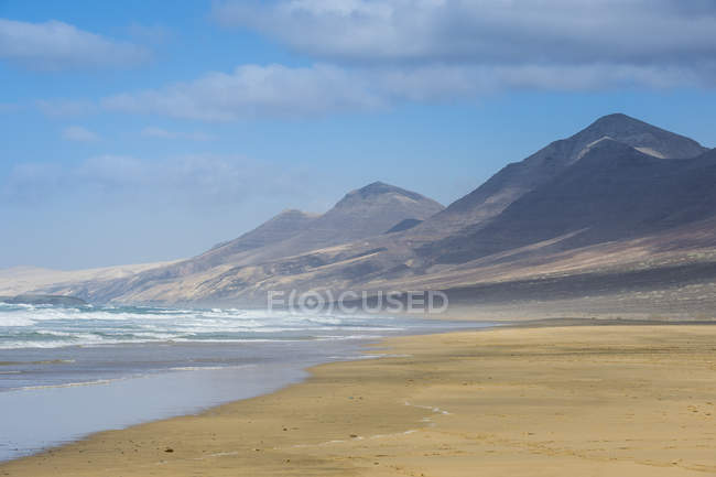 Удаленный песчаный пляж Cofete и сушеные горы, Фуэртевентура, Канарские острова, Испания — стоковое фото