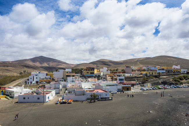 Традиционные красочные здания и черный песчаный пляж в деревне Ajuy, Фуэртевентура, Канарские острова, Испания — стоковое фото
