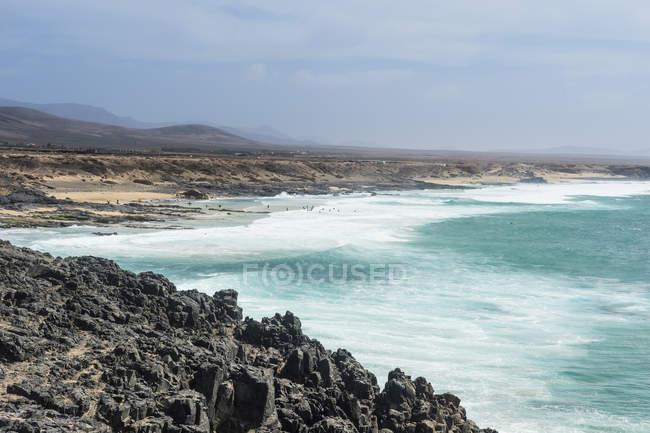 Эль-Котилло каменистый пляж с бирюзовой водой, Эль Cotillo, Фуэртевентура, Канарские острова, Испания — стоковое фото