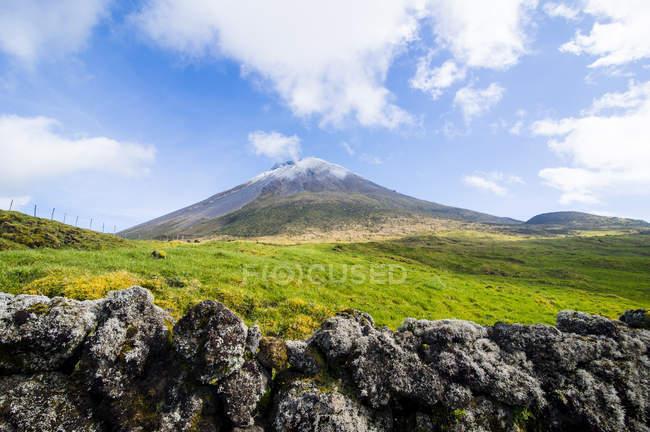 Ponta Pico montagne sous le ciel nuageux, l'île de Pico, Açores, Portugal — Photo de stock