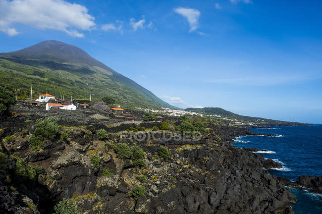 Ponta do Pico mountain e costa rocciosa, isola di Pico, Azzorre, Portogallo — Foto stock
