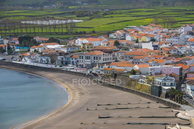 Praia da Vittoria arenosa praia e edifícios tradicionais, ilha Terceira, Açores, Portugal — Fotografia de Stock