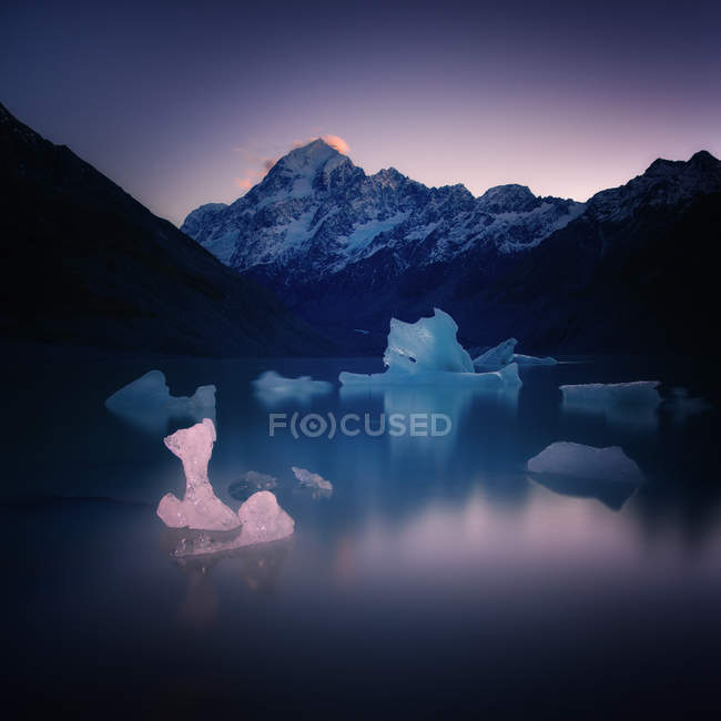 Lago do Glaciar Hooker com gelo que flutua sobre a água e o Monte Cook no pôr do sol, trilha do vale Hooker, Ilha Sul, Nova Zelândia — Fotografia de Stock