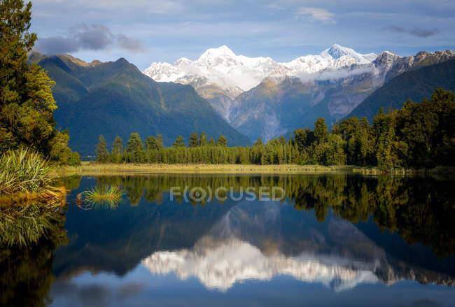 Mount Tasman und Aoraki spiegelt sich in Lake Matheson, Südinsel, Neuseeland — Stockfoto