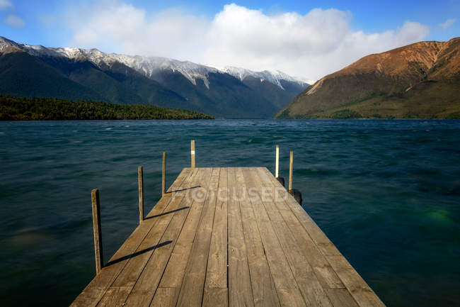 Wooden pier on Lake Rotoiti with mountains on background, Nelson Lakes National Park, South Island, New Zealand — Stock Photo