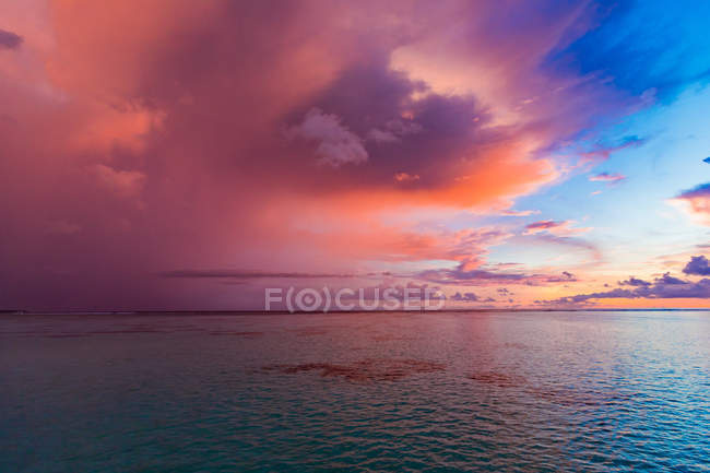 Seascape with cloudy dramatic sky at sunset — Stock Photo