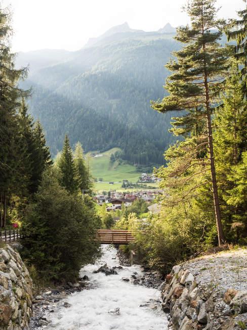 Gebirgsfluss in den Alpen Stubaital, Tirol, Österreich — Stockfoto