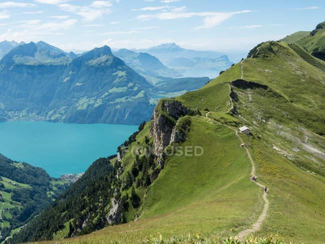 Montagnes et le lac des quatre cantons de Stoos sentier de crête, les Alpes suisses, Suisse — Photo de stock