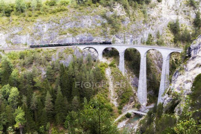 Steam train crossing the Landwasser Viadukt, Filisur, Albula Valley, Graubunden, Switzerland — Stock Photo