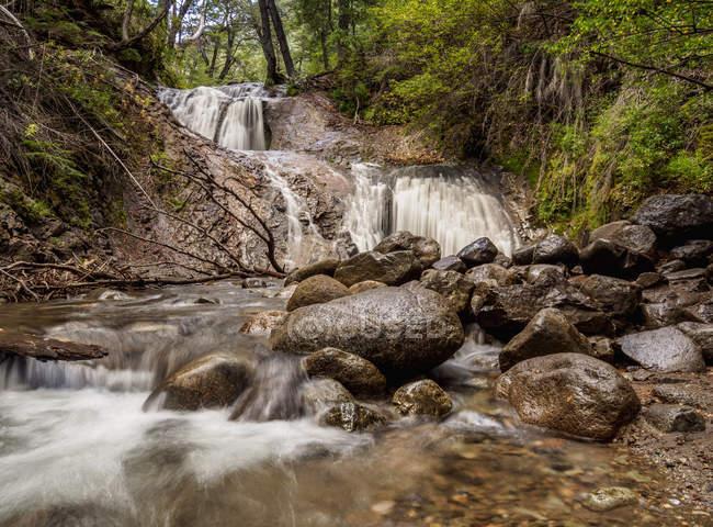 Скалистые поток из Лос Duendes водопад, озеро Науэль Хуапи национальный парк, провинции Рио Негро, Аргентина, Южная Америка — стоковое фото