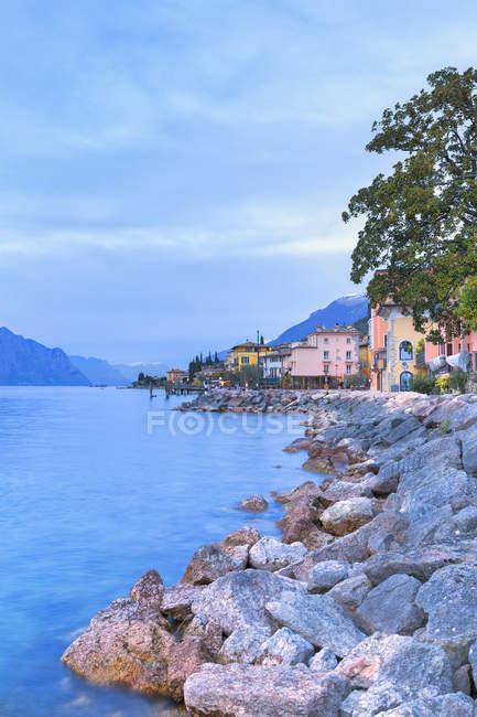Живописной прибрежной деревне Macugnano в сумерках, Бренцоне сул Гарда, озеро Гарда, итальянский озер провинции Верона, Венето, Италия — стоковое фото