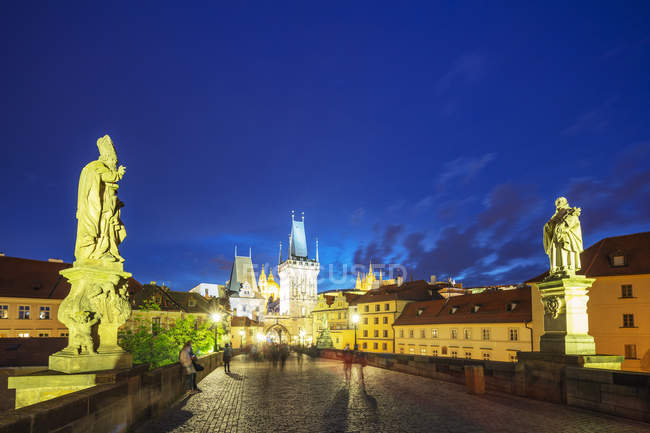 Illuminated Charles Bridge and Prague Castle with Saint Vitus Cathedral, Prague, Bohemia, Czech Republic, Europe — стоковое фото