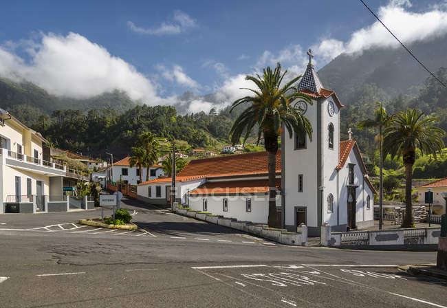 Igreja tradicional pequena aldeia perto de São Vicente, Madeira, Portugal — Fotografia de Stock