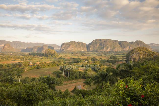 Humeur du lever du soleil sur la vallée de Vinales, Pinar del Rio, Cuba, Antilles, Caraïbes, Amérique centrale — Photo de stock