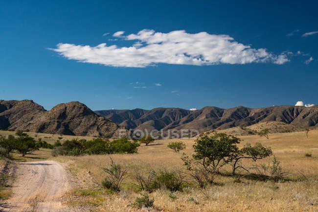 Caminho e montanhosa paisagem — Fotografia de Stock