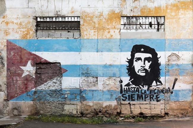 Pittura di Che Guevara e bandierina cubana sulla parete, l'Avana, Cuba, Indie occidentali, Caraibi, America centrale — Foto stock