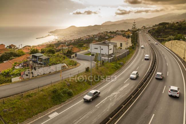 Estrada acima a cidade costeira de Funchal, Madeira, Portugal — Fotografia de Stock