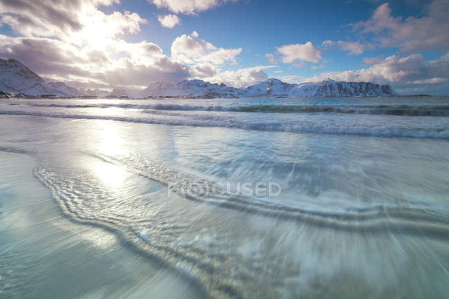 Icy sea and snow covered mountains — Stock Photo