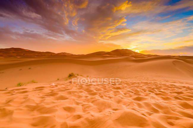 Sans dunas sob céu dramático no deserto de Merzouga, Marrocos, norte da África, África — Fotografia de Stock