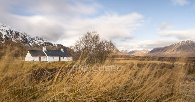 Black Rock Cottage and Buachaille mountain in Scottish Highlands, West Highland Way near Glen Coe, Highlands, Scotland, United Kingdom — Stock Photo