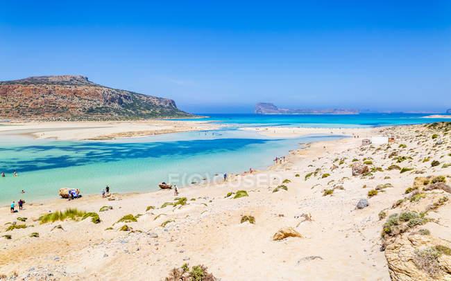 Песчаный пляж и бирюзовые кристально чистое море — стоковое фото