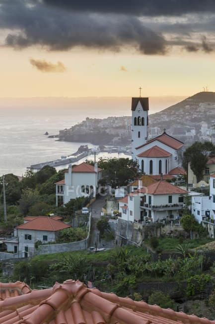 Igreja de São Gonçalo, com vista para o porto do Funchal e a cidade no pôr do sol, Funchal, Madeira, Portugal — Fotografia de Stock