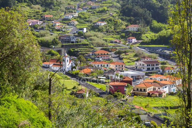 Igreja do vilarejo e edifícios tradicionais, perto de São Vicente, Madeira, Portugal — Fotografia de Stock