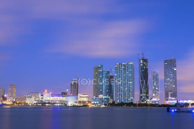 Skyline de noche iluminado centro de Miami, Miami, Florida, Estados Unidos, América del norte - foto de stock