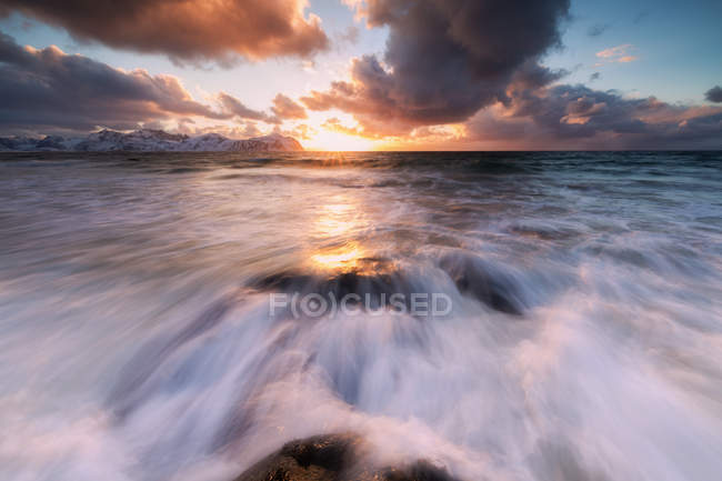 Хвилясті моря і драматичні небо на заході сонця — стокове фото