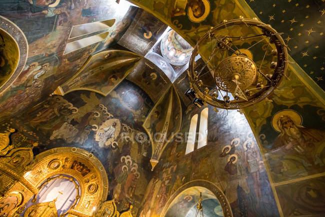 Расписной потолок богато церкви в Бухаресте, Румыния — стоковое фото
