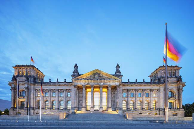 Fassade des beleuchteten Nacht den Reichstag, Berlin, Deutschland — Stockfoto