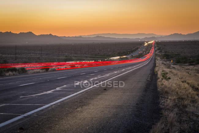Trail вогні на шосе 93 в сутінках, Арізона, США, Північної Америки — стокове фото