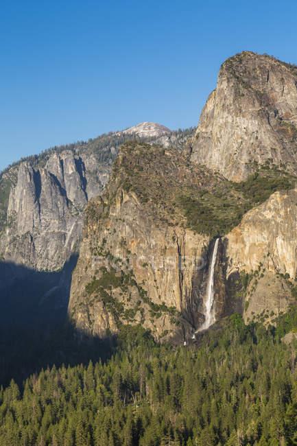 Upper Yosemite Falls salpicaduras de acantilado, Parque Nacional de Yosemite, California, Estados Unidos, Norteamérica - foto de stock