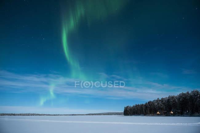 Aurora Boreal brillante en el cielo estrellado de invierno - foto de stock