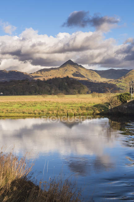 Cnicht mountain peak and lake under cloudy sky, Snowdonia National Park, North Wales, Wales, United Kingdom — Stock Photo