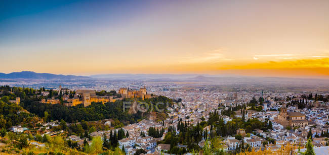Stadtbild von Alhambra unter dramatischen Himmel bei Sonnenuntergang, Bergen der Sierra Nevada in der Abenddämmerung, Granada, Andalusien, Spanien — Stockfoto