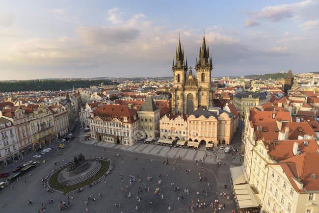 Place de vieille ville historique avec toits et l'église de notre Dame, Prague, République tchèque — Photo de stock