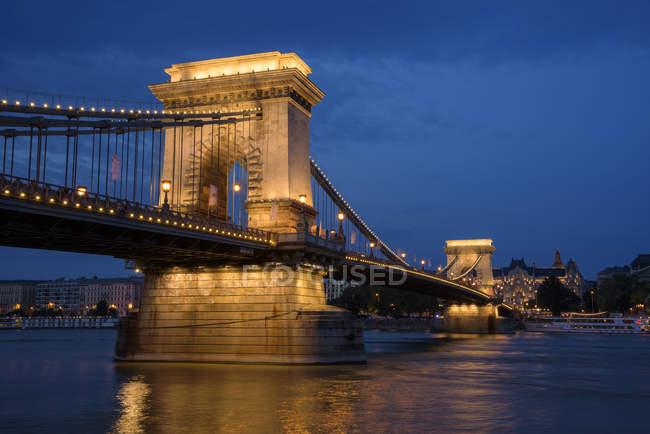 Iluminado Ponte Chain e Rio Danúbio à noite, Budapeste, Hungria — Fotografia de Stock