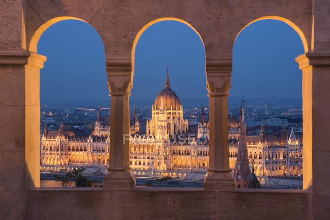 Угорська-парламент вночі розглянений з колонами і windows куточка Бастіон, Будапешт, Угорщина — стокове фото