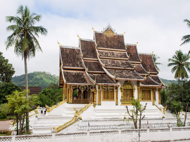 Exterior of Haw Pha Bang temple and palm trees, National Museum complex, Luang Prabang, Laos, Indochina, Southeast Asia, Asia — Stock Photo