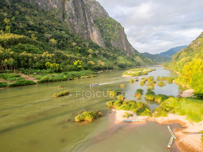 View of green mountains and the Nam Ou River, Nong Khiaw, Laos, Indochina, Southeast Asia, Asia — Stock Photo