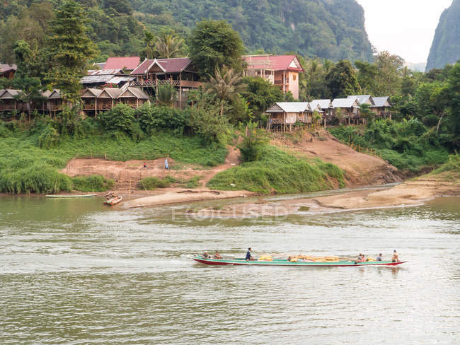 Riverboat and village in green mountains, Nong Khiaw, Laos, Indochina, Southeast Asia, Asia — Stock Photo