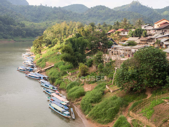 River boats on the Nam Ou River and village, Nong Khiaw, Laos, Indochina, Southeast Asia, Asia — Stock Photo