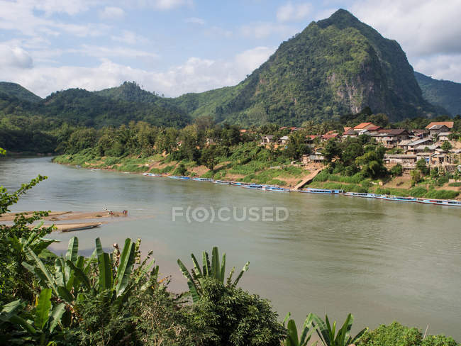 Nong Khiaw village dans les montagnes vertes, Laos, Indochine, Asie du sud-est, Asie — Photo de stock