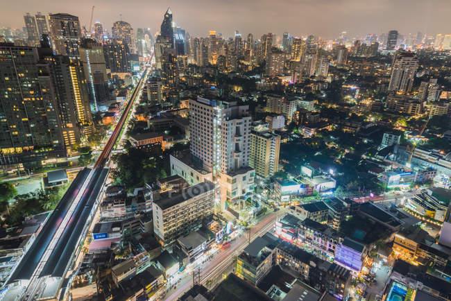 Iluminado futurista cityscape Bangkok na noite, Banguecoque, Tailândia, sudeste da Ásia, Ásia — Fotografia de Stock