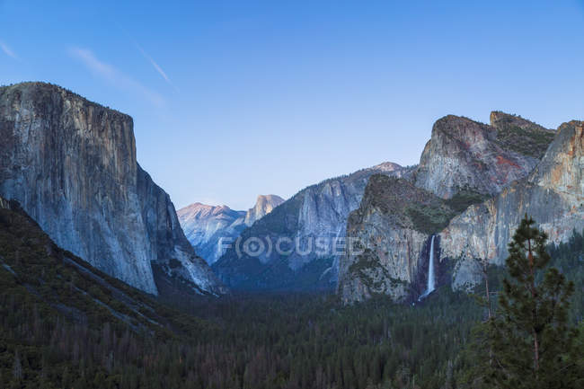 Valle de Yosemite y la caída de Bridalveil en montañas rocosas, Parque Nacional de Yosemite, California, Estados Unidos, Norteamérica - foto de stock